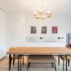 Création d'un appartement sur plans: Salle à manger de style  par Mon Concept Habitation