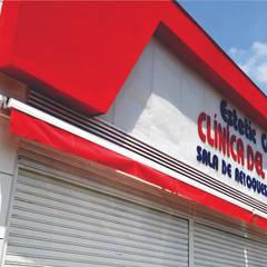 CLINICA DEL RAYON / Avenida Pasoancho: Concesionarios de automóviles de estilo  por ION arquitectura SAS, Moderno