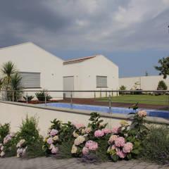 Alta efficienza energetica alle pendici dell' Etna: Piscina in stile  di ELEFTERIADIS ARCHITECTS