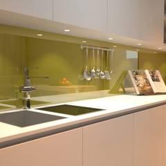 Altav Yapı – Mutfak Tezgah Arası Cam Panel:  tarz Mutfak