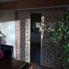 Porte à galandage: Salle à manger de style de style Classique par Allure et Bois