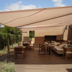 Voiles Solaires sur Mesure Pour Terrasses De Restaurants: Terrasse de style  par Artesun Gbr