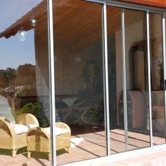 Schiebverglasung für einen Anbau aus Holz:  Terrasse von Schmidinger Wintergärten, Fenster & Verglasungen