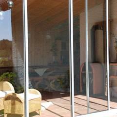 Schiebetüren aus Aluminium und Glas für einen Holzanbau:  Terrasse von Schmidinger Wintergärten, Fenster & Verglasungen