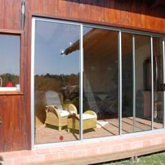 Schiebetüren für einen Holzanbau:  Terrasse von Schmidinger Wintergärten, Fenster & Verglasungen