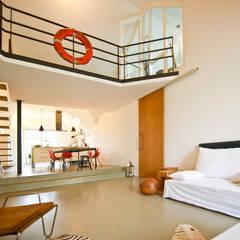 140 qm Galeriewohnung: industriale Wohnzimmer von freudenspiel - Interior Design