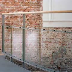 Balustrade en muur woonhuis:  Muren door Hugo Caron Architecten bna