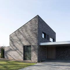 Energiepositieve woning: minimalistische Garage/schuur door Joris Verhoeven Architectuur