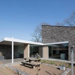Energiepositieve woning:  Tuin door Joris Verhoeven Architectuur