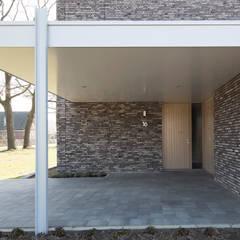 Energiepositieve woning:  Garage/schuur door Joris Verhoeven Architectuur