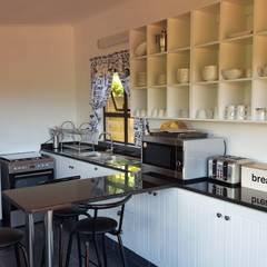 Open plan kitchen:  Kitchen by Mason West building