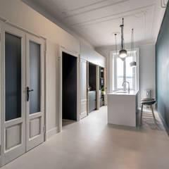 Pasillos y hall de entrada de estilo  por Tommaso Giunchi Architect
