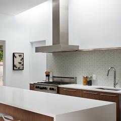 San Carlos Midcentury Modern Remodel: modern Kitchen by Klopf Architecture