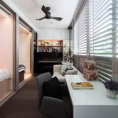 Bartley Residence Interior Design Singapore:  Corridor, hallway by Posh Home Interior Design