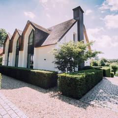 Tuinontwerp voortuin landelijke villa: landelijke Tuin door Buro Buitenom exterieurontwerpers