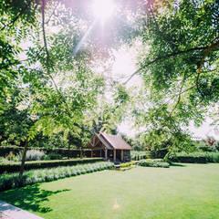 Tuinhuis met overkapping bij vijver:  Tuin door Buro Buitenom exterieurontwerpers