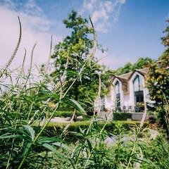 Landelijke villatuin met natuurlijke vijver: landelijke Tuin door Buro Buitenom exterieurontwerpers