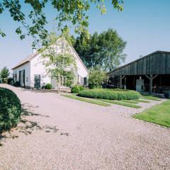 Landelijke tuin bij boerderij: landelijke Tuin door Buro Buitenom exterieurontwerpers