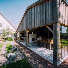 Overkapping in oude boeren schuur:  Tuin door Buro Buitenom exterieurontwerpers