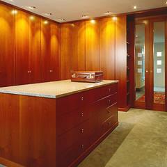 Verschiedene Kundenprojekte:  Ankleidezimmer von Hunke & Bullmann