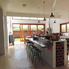 CASA PARDINHO Cozinhas coloniais por ILHA ARQUITETURA Colonial