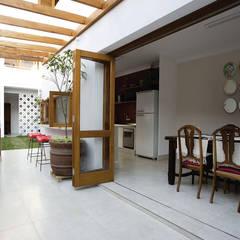 Residencial Liberdade: Cozinhas clássicas por SET Arquitetura e Construções