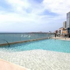 Jardines Edificio Morros City / Cartagena: Piscinas de estilo  por ecoexteriores