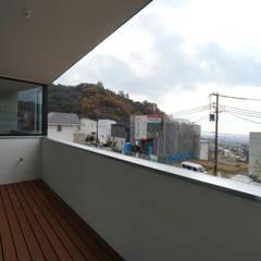 宝塚の家_太陽を取り込む家: 近藤晃弘建築都市設計事務所が手掛けたテラス・ベランダです。