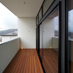 宝塚の家_太陽を取り込む家: 近藤晃弘建築都市設計事務所が手掛けたテラス・ベランダです。,北欧 木 木目調