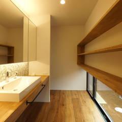 宝塚の家_太陽を取り込む家: 近藤晃弘建築都市設計事務所が手掛けた浴室です。