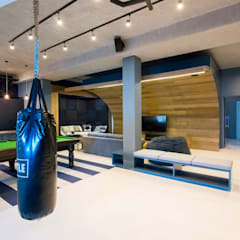 Urban Man Cave:  Living room by Inhouse