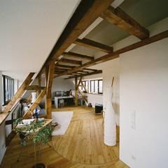 Umbau einer denkmalgeschützten Tabakscheune - Arbeitszimmer 3.OG:  Ankleidezimmer von Peter Stasek Architects - Corporate Architecture