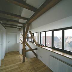 Umbau einer denkmalgeschützten Tabakscheune - Arbeitszimmer 3.OG: landhausstil Arbeitszimmer von Peter Stasek Architects - Corporate Architecture