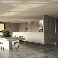 由天花吊筋,流理台於是浮出地面。:  廚房 by 本晴設計