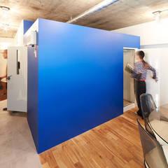 部屋の中央には防音室を配し、LDKやベッドスペースを周りにレイアウト: 株式会社ブルースタジオが手掛けた書斎です。