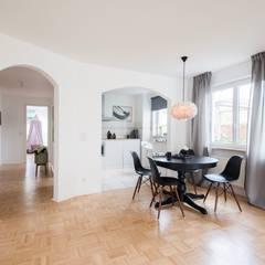 Essbereich in Schwarz-Weiß: skandinavische Esszimmer von Münchner home staging Agentur GESCHKA