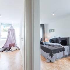 home staging Projekt - vorwiegend Schwarz/weiß Gestaltung - Eigentumswohnung: skandinavische Kinderzimmer von Münchner home staging Agentur GESCHKA
