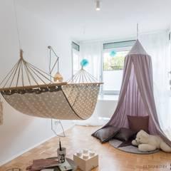 Kinderzimmer mit Hängematte: skandinavische Kinderzimmer von Münchner home staging Agentur GESCHKA