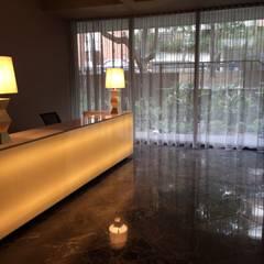 Mueble de recepción Iluminado: Pasillos y vestíbulos de estilo  por Ecologik
