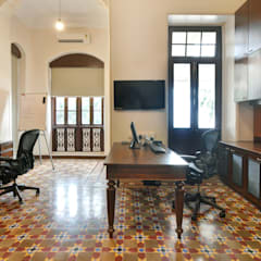 Office at Colaba:  Offices & stores by Dhruva Samal & Associates