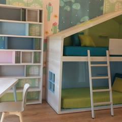 Un cottage per due: Stanza dei bambini in stile  di Spaziojunior