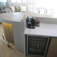House Van Niekerk Bar:  Dining room by Stoneform Concrete Studios