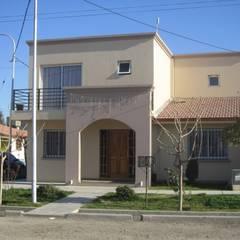 VIVIENDA RAYEN CURA: Casas de estilo clásico por Arq. Leticia Gobbi & asociados