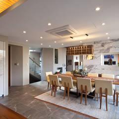 평창동 단독주택 3 _modern and luxury guest house: (주)건축사사무소 모도건축의  드레스 룸