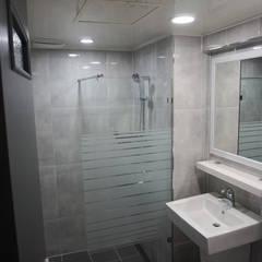 Bathroom by 빅터인디자인그룹
