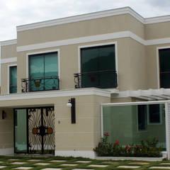Acesso condomínio: Casas clássicas por DHN arquitetura