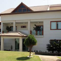 Fachada Principal: Casas  por DHN arquitetura