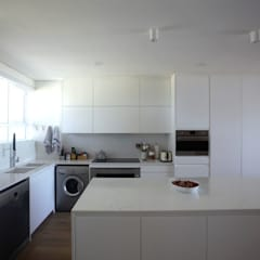 Mouille Point Apartment:  Kitchen by Kunst Architecture & Interiors,