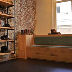 Beumer Schoenmode:  Winkelruimten door Studio Bekkers, Industrieel Massief hout Bont