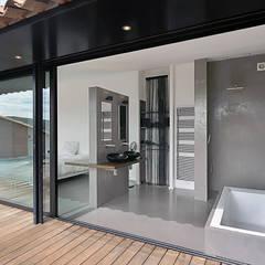 Réinvention / La Cadière d'Azur : Salle de bains de style  par Atelier Jean GOUZY